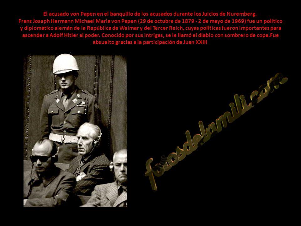 El acusado von Papen en el banquillo de los acusados durante los Juicios de Nuremberg. Franz Joseph Hermann Michael Maria von Papen (29 de octubre de 1879 - 2 de mayo de 1969) fue un político y diplomático alemán de la República de Weimar y del Tercer Reich, cuyas políticas fueron importantes para ascender a Adolf Hitler al poder.