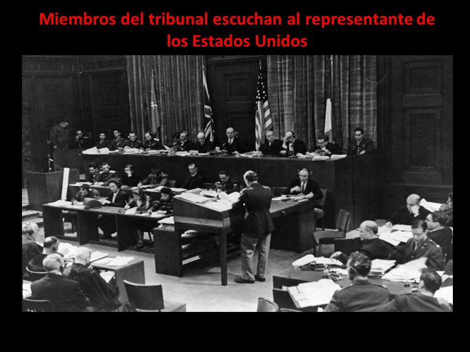 Miembros del tribunal escuchan al representante de los Estados Unidos