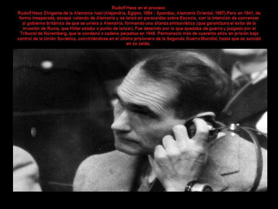 Rudolf Hess en el proceso Rudolf Hess Dirigente de la Alemania nazi (Alejandría, Egipto, 1894 - Spandau, Alemania Oriental, 1987).Pero en 1941, de forma inesperada, escapó volando de Alemania y se lanzó en paracaídas sobre Escocia, con la intención de convencer al gobierno británico de que se uniera a Alemania, formando una alianza antisoviética (que garantizara el éxito de la invasión de Rusia, que Hitler estaba a punto de lanzar).