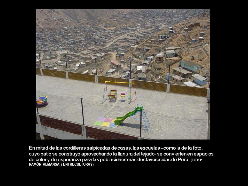 En mitad de las cordilleras salpicadas de casas, las escuelas –como la de la foto, cuyo patio se construyó aprovechando la llanura del tejado- se convierten en espacios de color y de esperanza para las poblaciones más desfavorecidas de Perú.