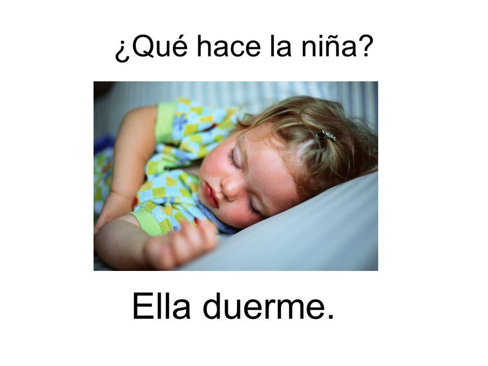 ¿Qué hace la niña Ella duerme.