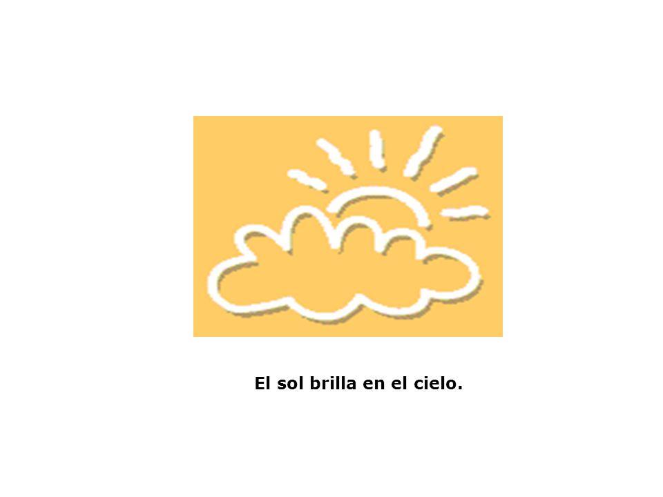 El sol brilla en el cielo.