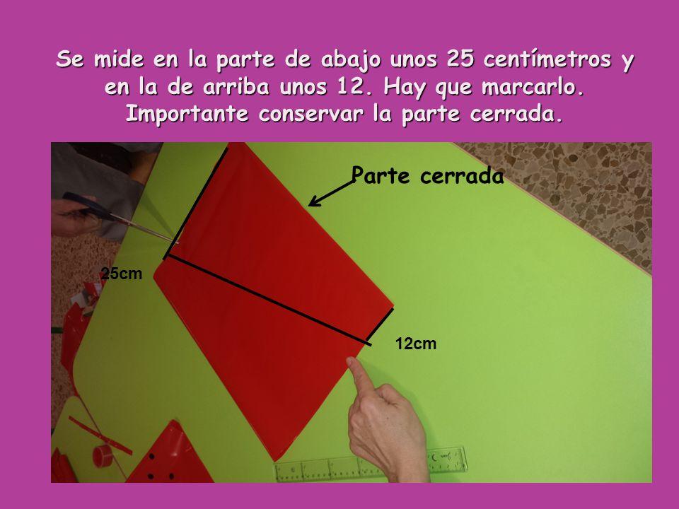 Se mide en la parte de abajo unos 25 centímetros y en la de arriba unos 12. Hay que marcarlo. Importante conservar la parte cerrada.