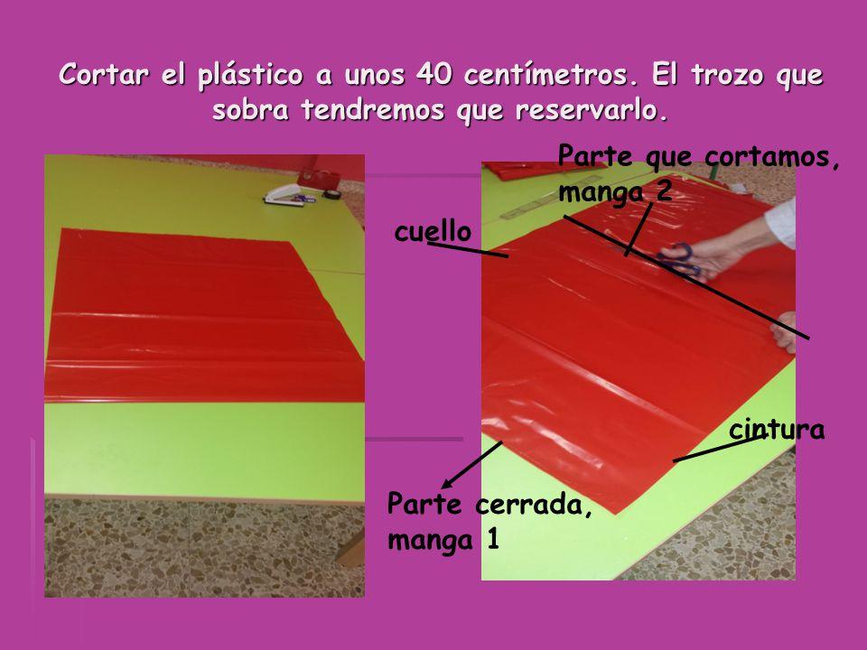Cortar el plástico a unos 40 centímetros