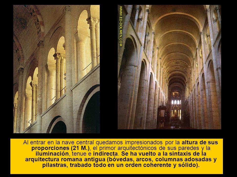 Al entrar en la nave central quedamos impresionados por la altura de sus proporciones (21 M.), el primor arquitectónicos de sus paredes y la iluminación, tenue e indirecta.