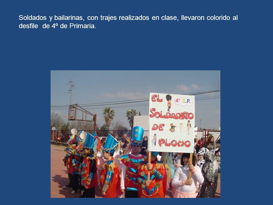 Soldados y bailarinas, con trajes realizados en clase, llevaron colorido al desfile de 4º de Primaria.