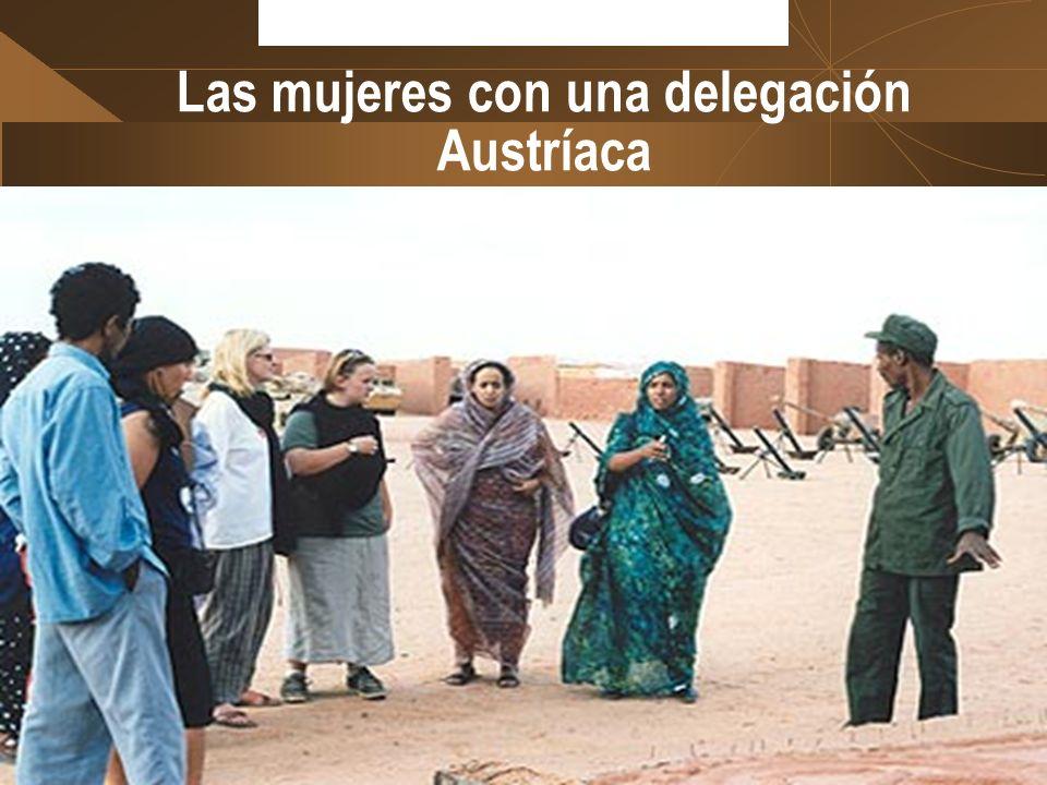 Las mujeres con una delegación Austríaca