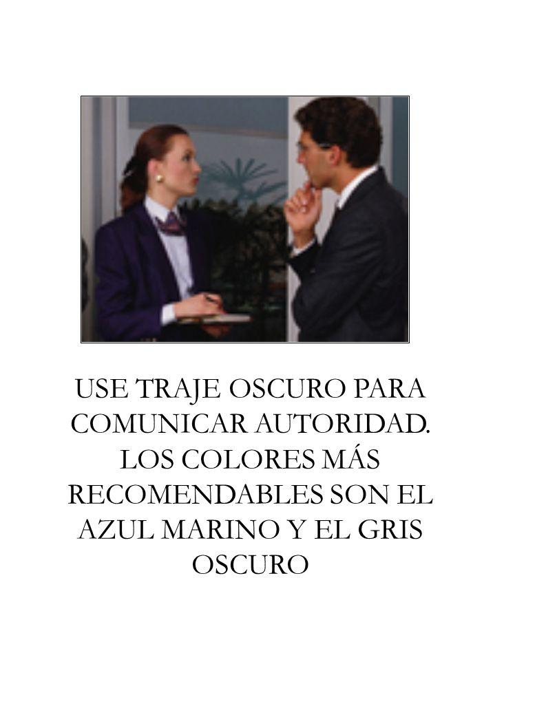 USE TRAJE OSCURO PARA COMUNICAR AUTORIDAD