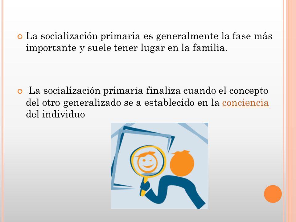 La socialización primaria es generalmente la fase más importante y suele tener lugar en la familia.