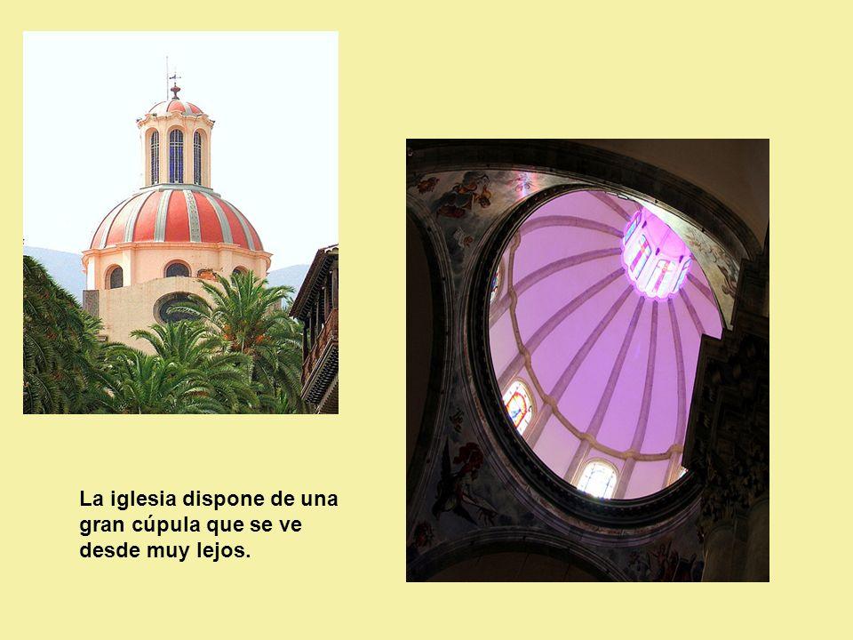 La iglesia dispone de una gran cúpula que se ve desde muy lejos.