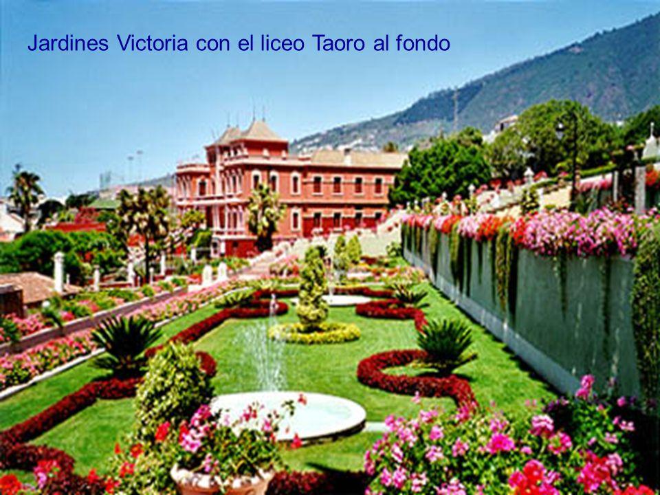 Jardines Victoria con el liceo Taoro al fondo