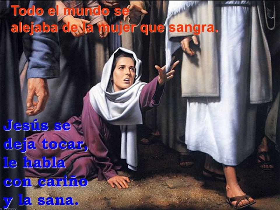 Jesús se deja tocar, le habla con cariño y la sana. Todo el mundo se