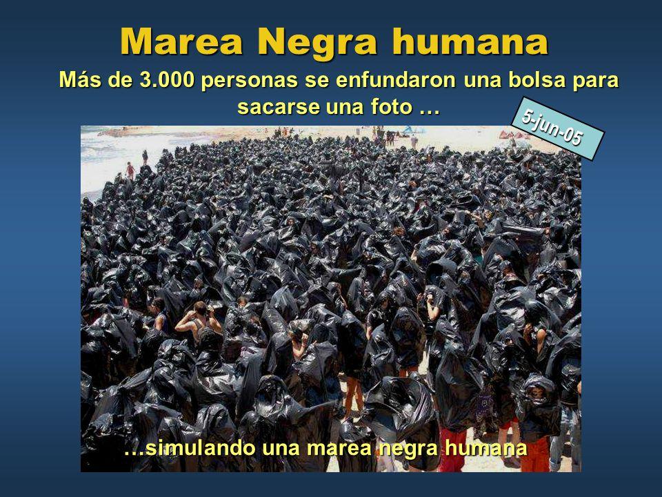 Marea Negra humana Más de 3.000 personas se enfundaron una bolsa para sacarse una foto … 5-jun-05.