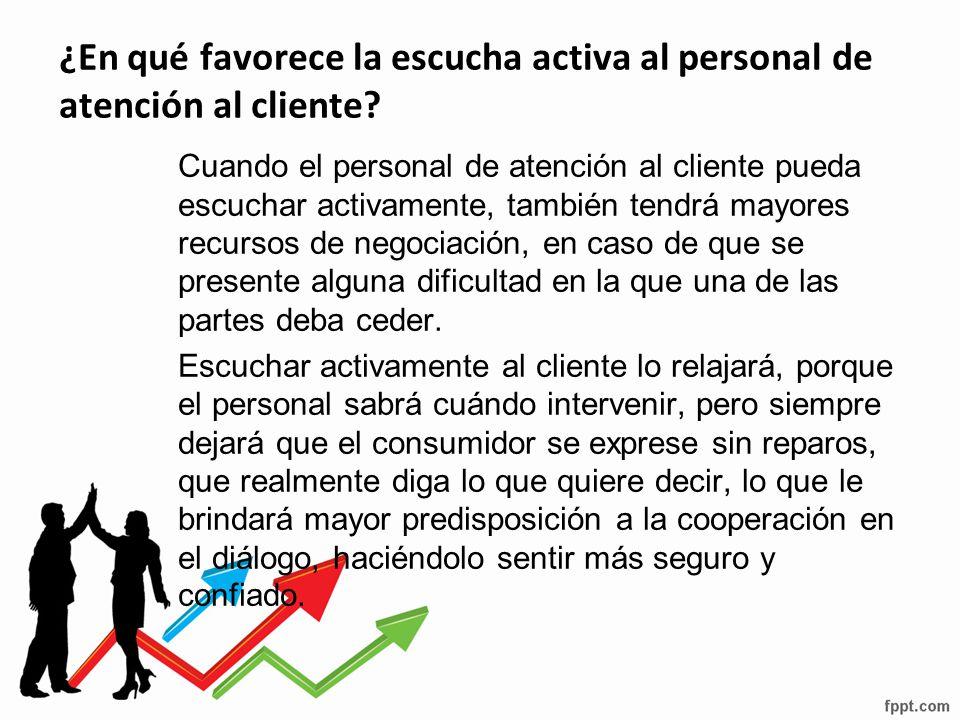 ¿En qué favorece la escucha activa al personal de atención al cliente