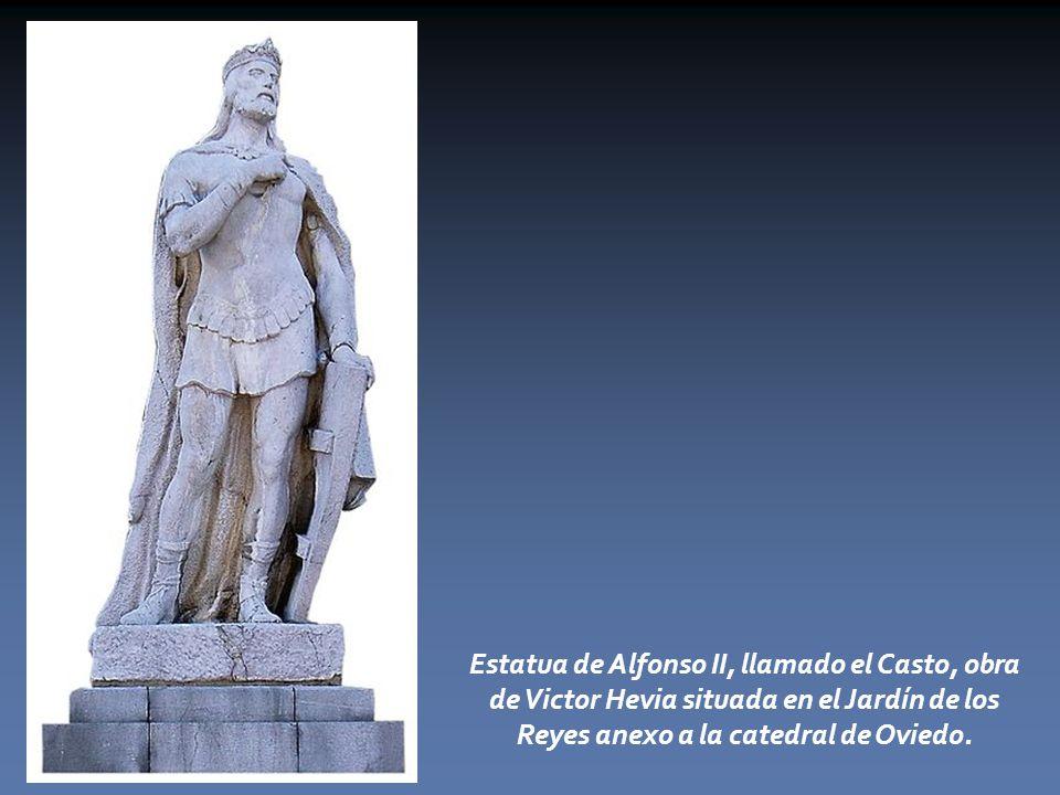 Estatua de Alfonso II, llamado el Casto, obra de Victor Hevia situada en el Jardín de los Reyes anexo a la catedral de Oviedo.