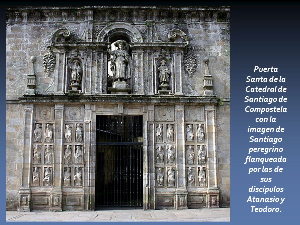 Puerta Santa de la Catedral de Santiago de Compostela con la imagen de Santiago peregrino flanqueada por las de sus discípulos Atanasio y Teodoro.
