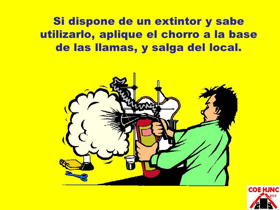 Si dispone de un extintor y sabe utilizarlo, aplique el chorro a la base de las llamas, y salga del local.