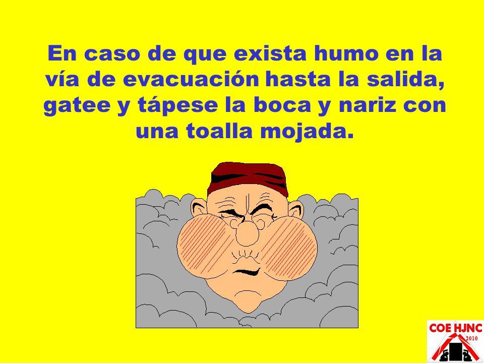 En caso de que exista humo en la vía de evacuación hasta la salida, gatee y tápese la boca y nariz con una toalla mojada.