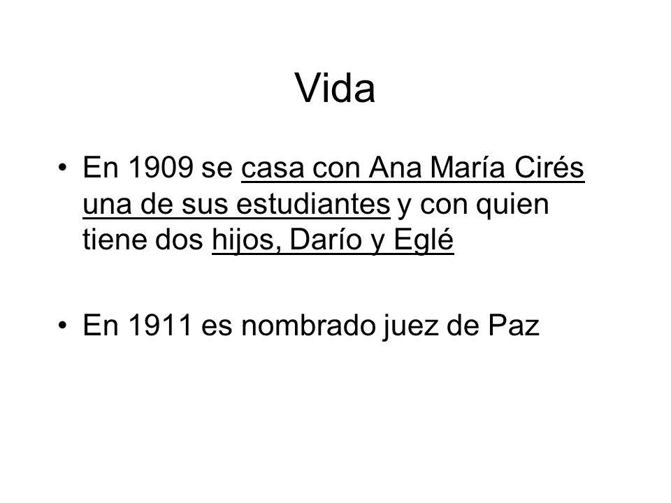 Vida En 1909 se casa con Ana María Cirés una de sus estudiantes y con quien tiene dos hijos, Darío y Eglé.