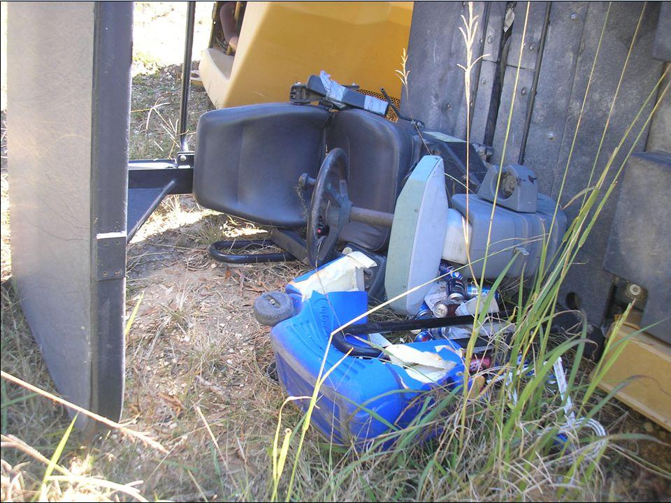 El operador de esta máquina estaba usando su cinturón de seguridad y tenía protección de ROPS. No se lesionó grandemente.