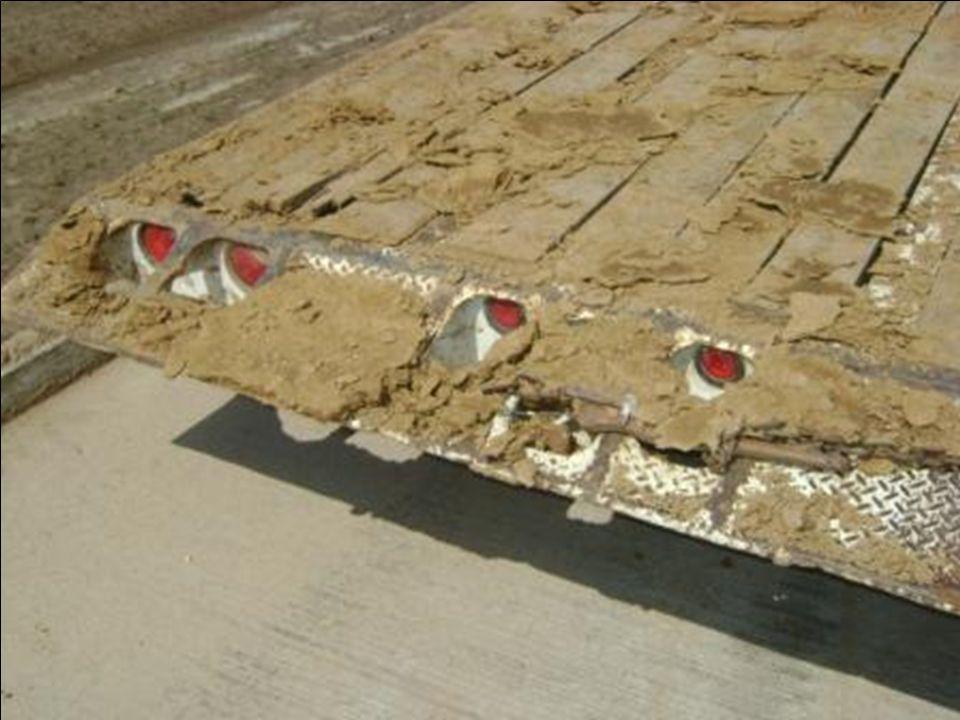 Si hubieran estacionado el remolque en la carretera que es mas firme, el remolque hubiera estado mas estable y no hubiera lavantado el lodo .