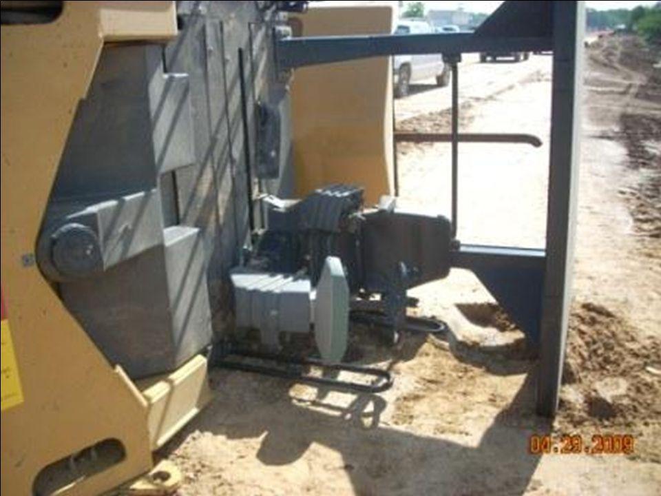 Observe cómo el bastidor protector hizo su trabajo y impidió que la máquina no se volcara completamente.