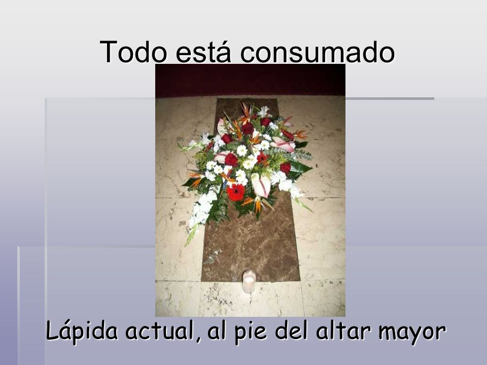 Lápida actual, al pie del altar mayor