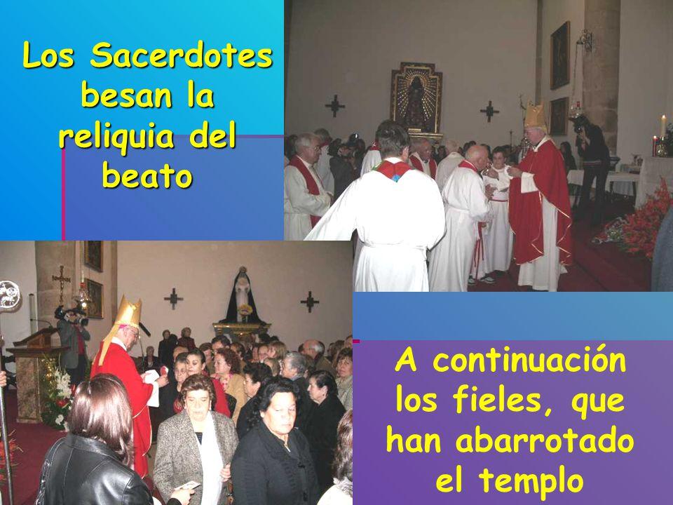 Los Sacerdotes besan la reliquia del beato