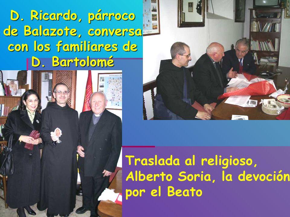 D. Ricardo, párroco de Balazote, conversa con los familiares de D