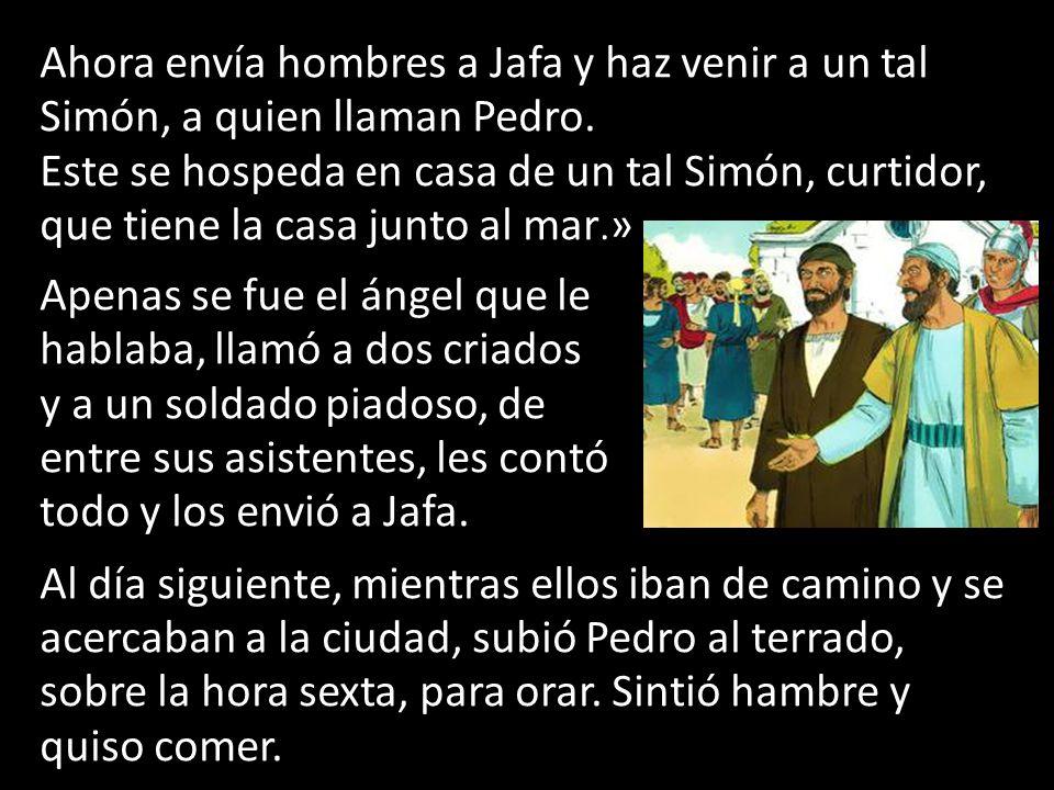 Ahora envía hombres a Jafa y haz venir a un tal Simón, a quien llaman Pedro.