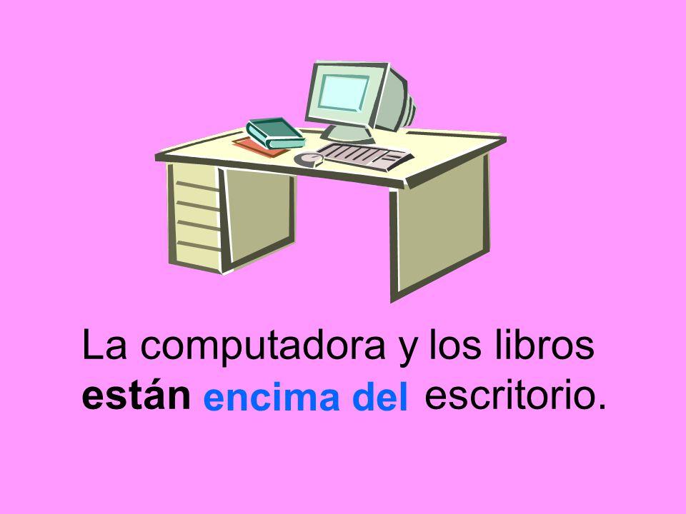 La computadora y los libros están escritorio.