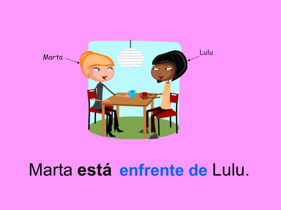Marta Lulu Marta está Lulu. enfrente de