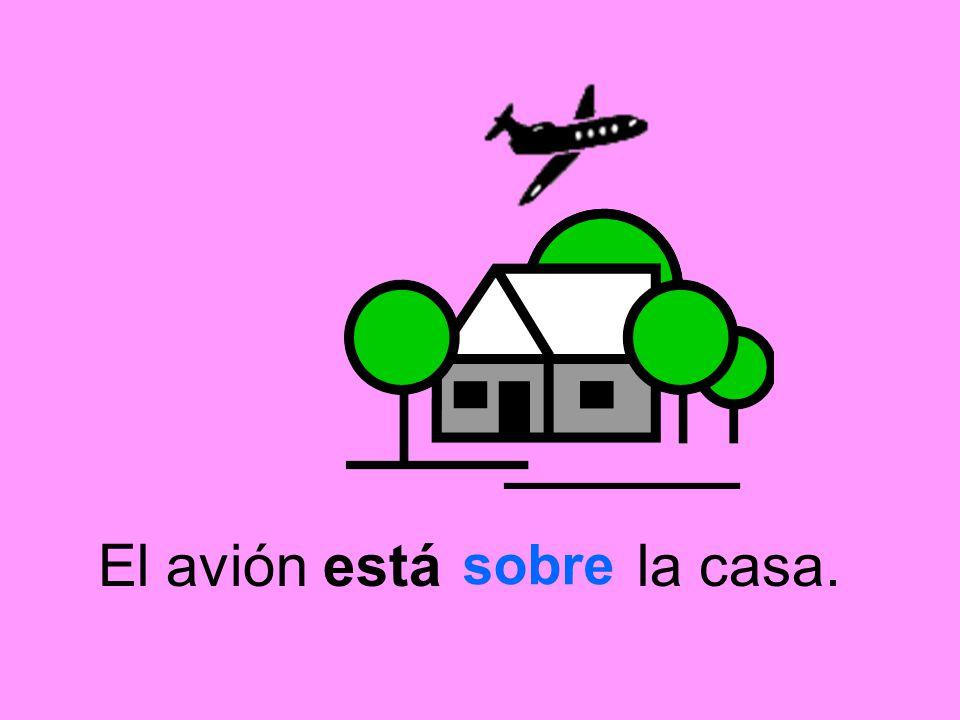 El avión está la casa. sobre