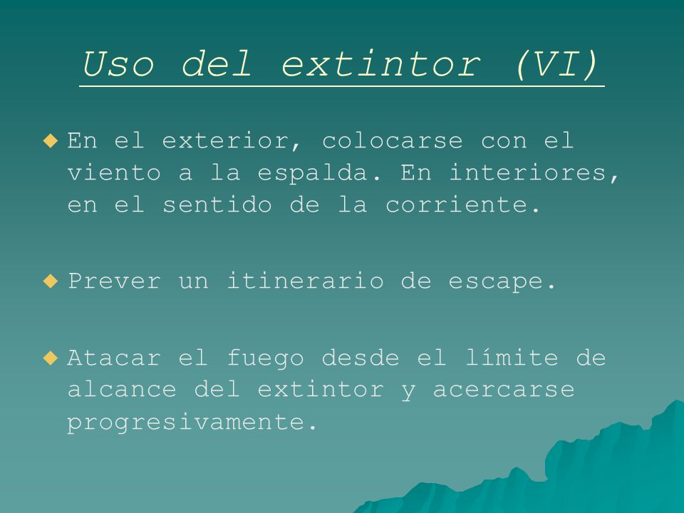Uso del extintor (VI) En el exterior, colocarse con el viento a la espalda. En interiores, en el sentido de la corriente.