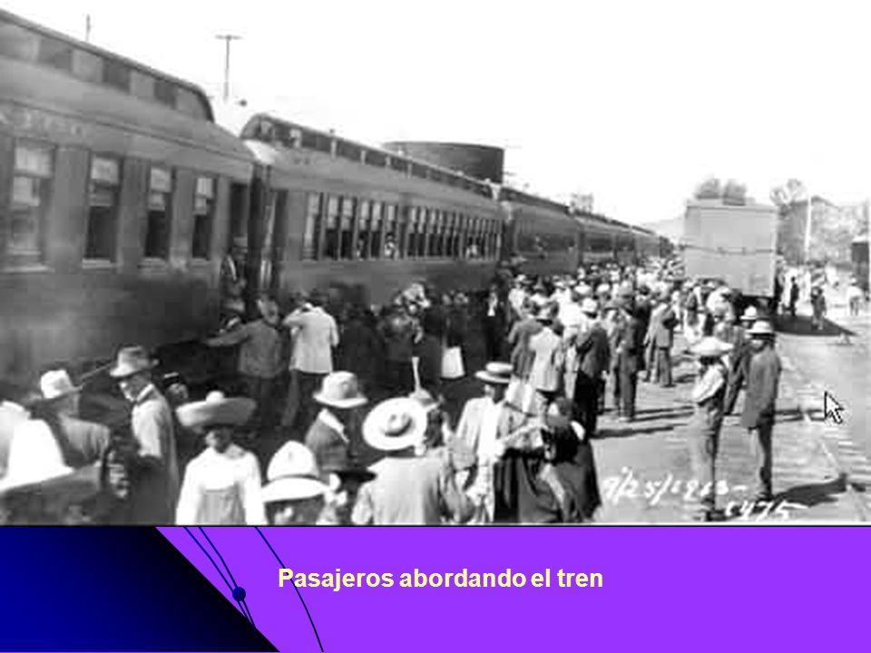 Pasajeros abordando el tren
