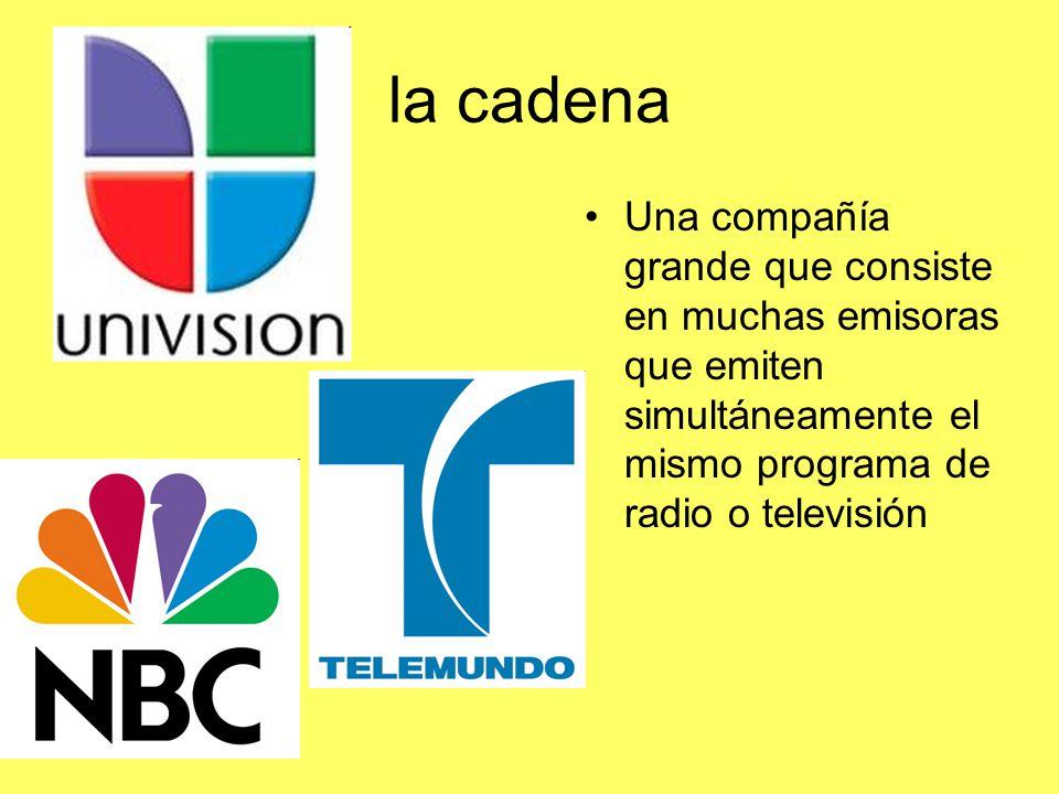 la cadena Una compañía grande que consiste en muchas emisoras que emiten simultáneamente el mismo programa de radio o televisión.