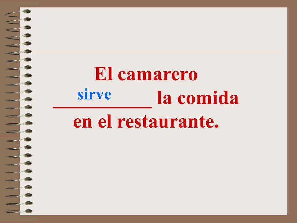 El camarero __________ la comida en el restaurante.