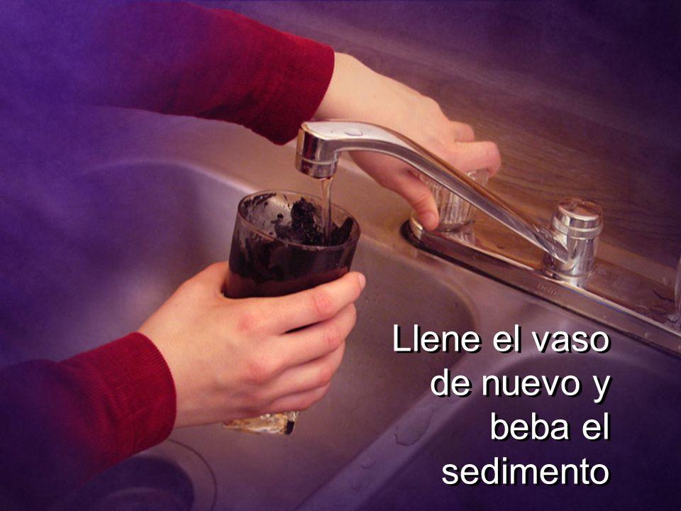 Llene el vaso de nuevo y beba el sedimento