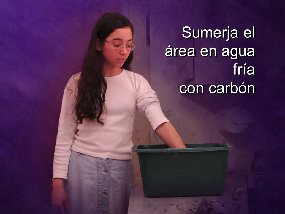 Sumerja el área en agua fría con carbón