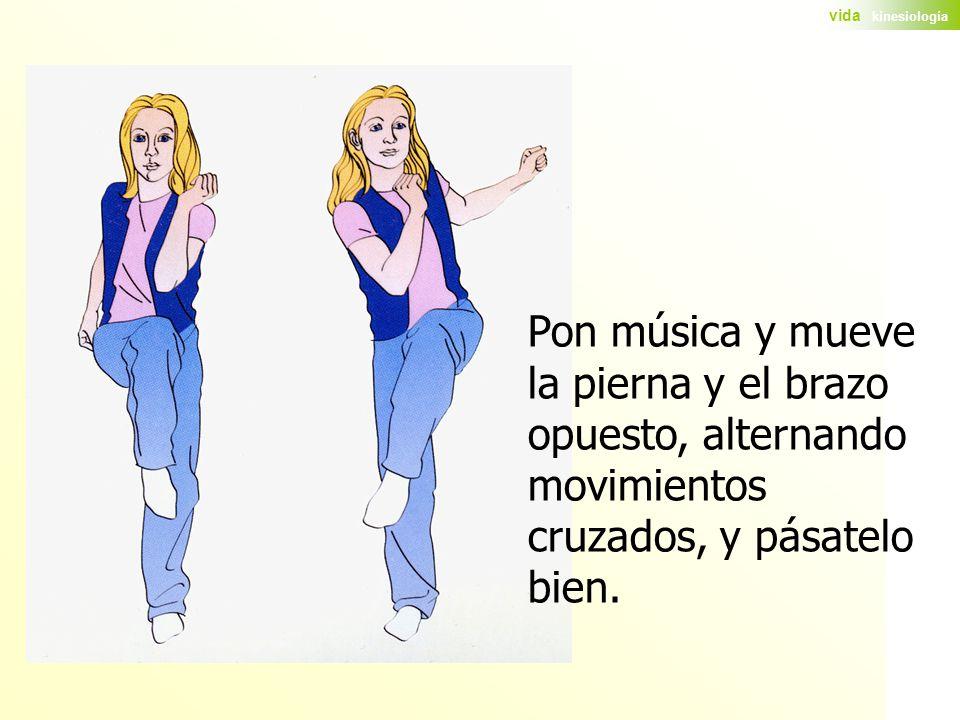 Pon música y mueve la pierna y el brazo opuesto, alternando movimientos cruzados, y pásatelo bien.