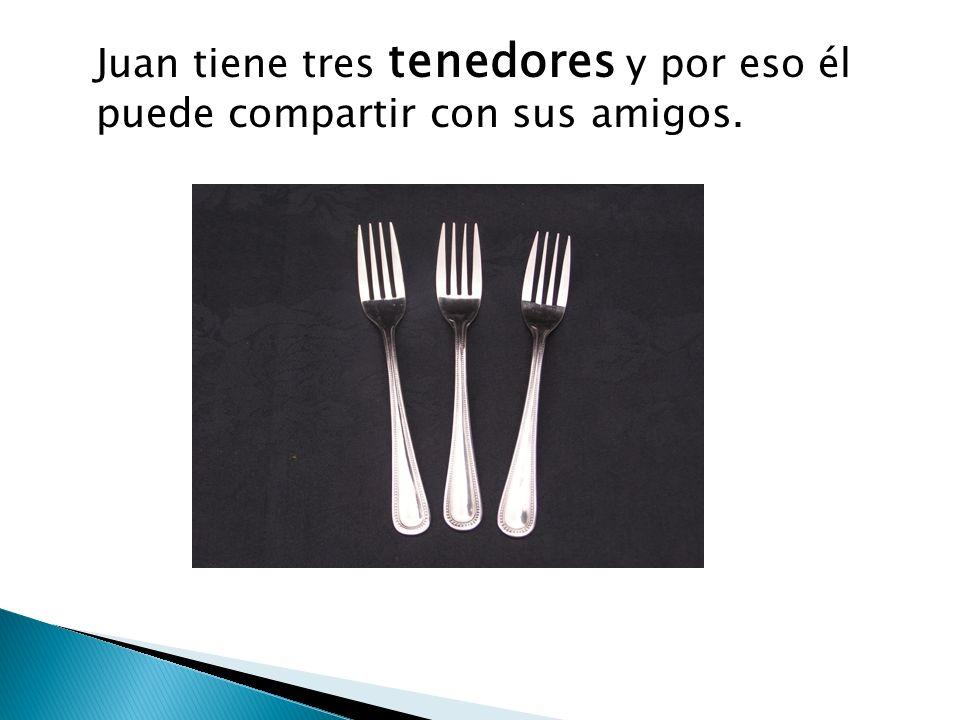 Juan tiene tres tenedores y por eso él puede compartir con sus amigos.