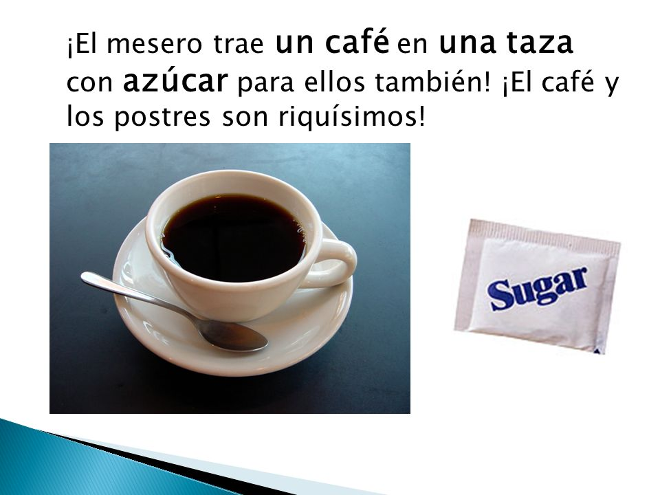 ¡El mesero trae un café en una taza con azúcar para ellos también