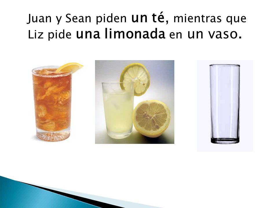Juan y Sean piden un té, mientras que Liz pide una limonada en un vaso.