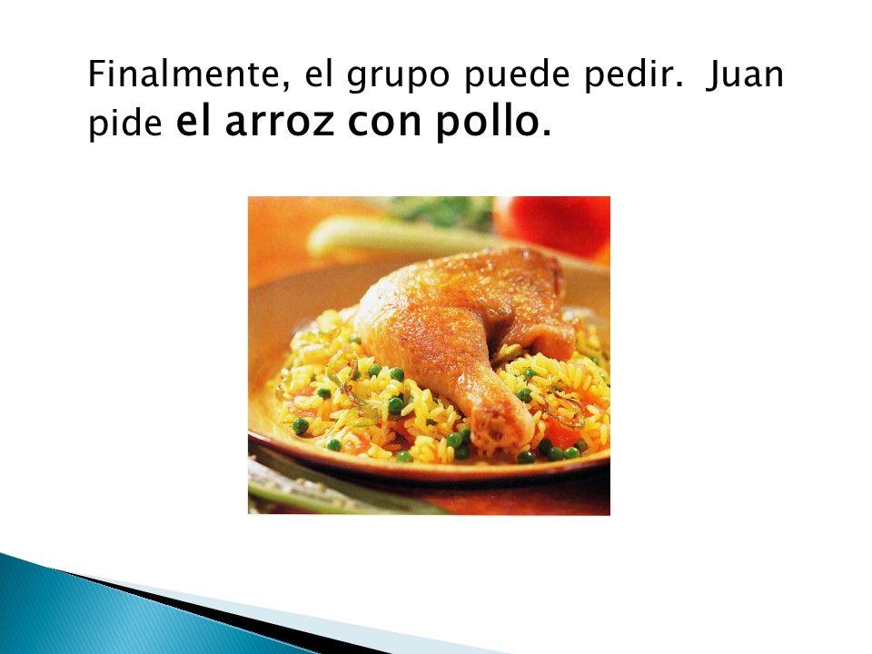Finalmente, el grupo puede pedir. Juan pide el arroz con pollo.