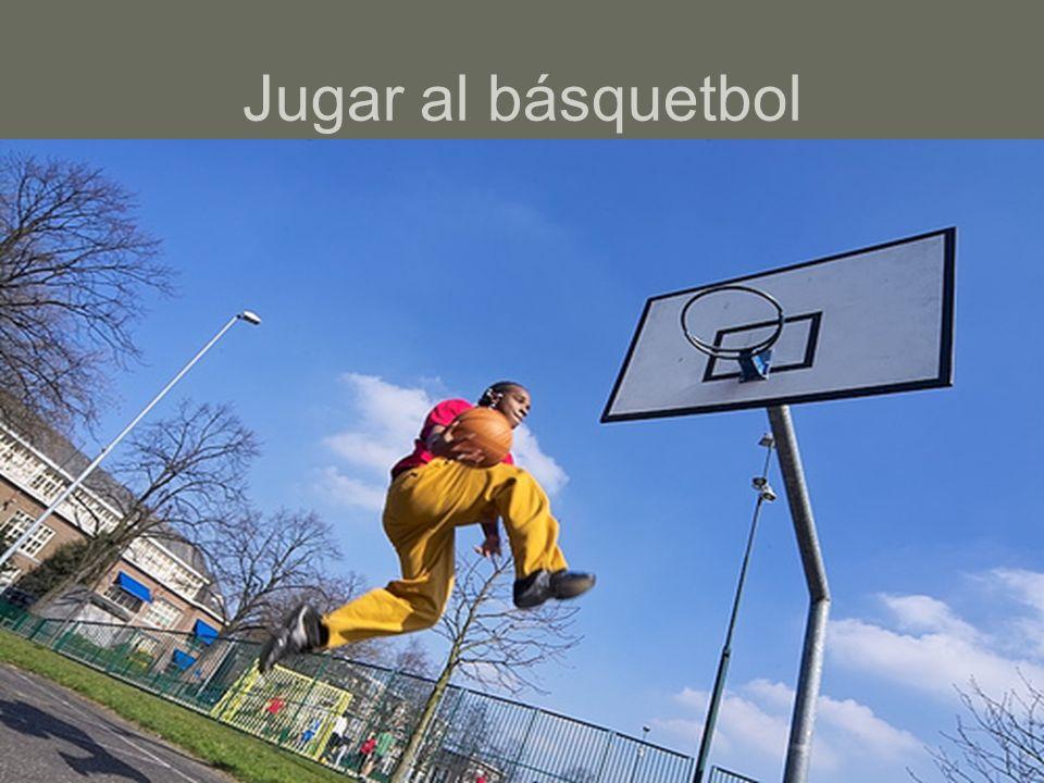 Jugar al básquetbol