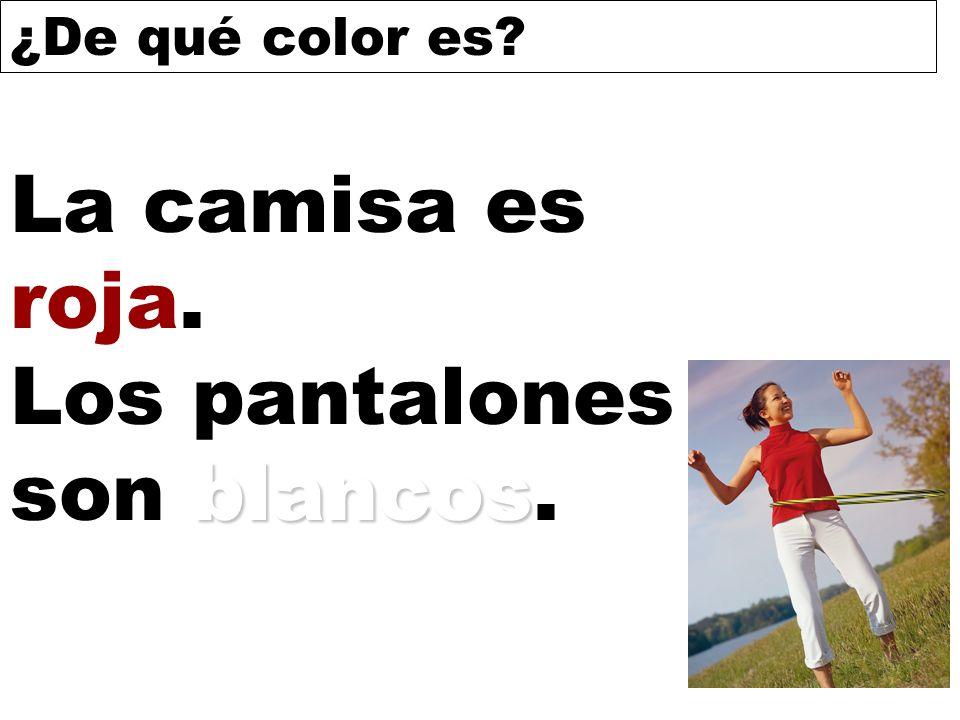 La camisa es roja. Los pantalones son blancos.