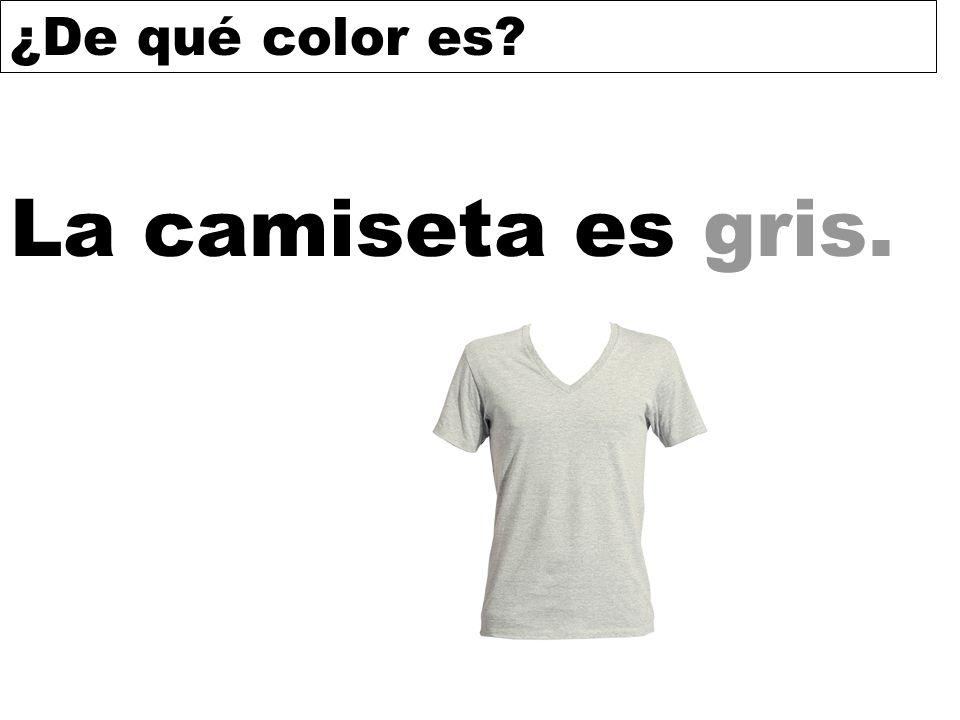 La camiseta es gris.