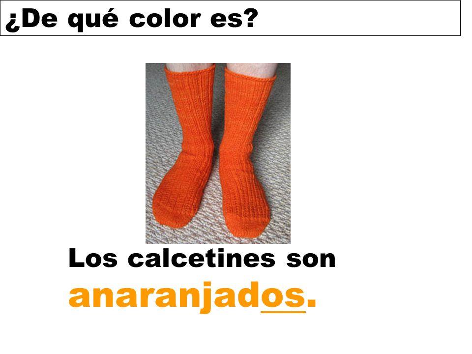Los calcetines son anaranjados.