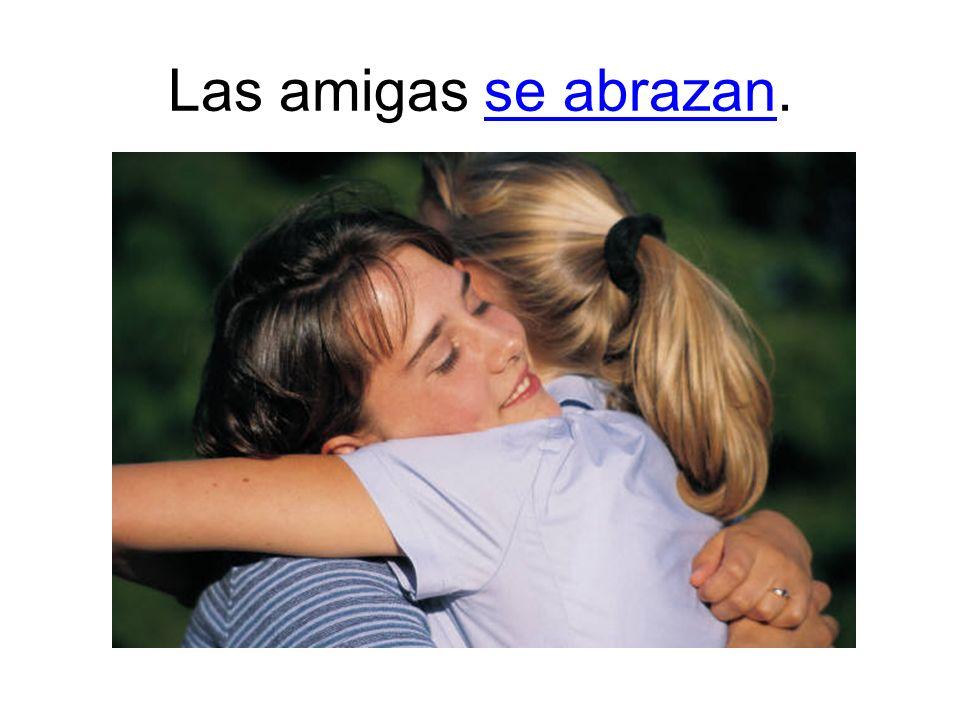 Las amigas se abrazan.