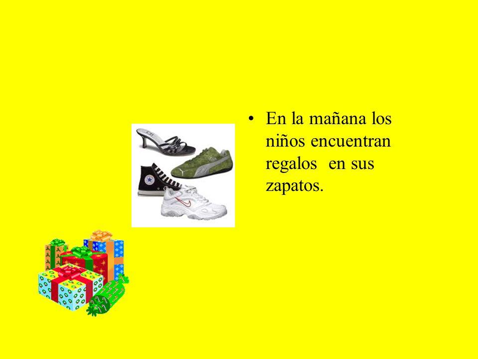 En la mañana los niños encuentran regalos en sus zapatos.